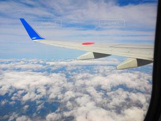 曇り空を飛ぶ飛行機の写真・画像素材[2269365]