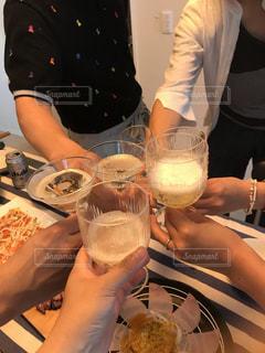 食べ物と飲み物を持ってテーブルに座っている女性の写真・画像素材[2280210]