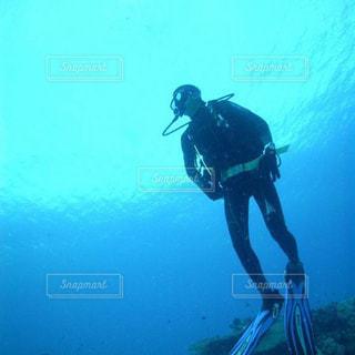 水中で泳いでいる男の写真・画像素材[2191158]