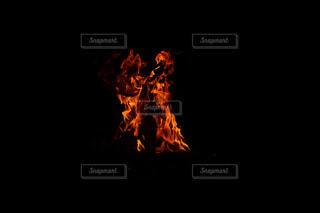 暗闇の中の炎の写真・画像素材[2200065]