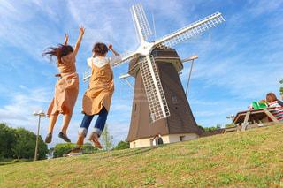 芝生に覆われた野原の上の風車の写真・画像素材[2191437]