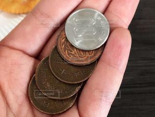 硬貨を持っている手の写真・画像素材[2192889]
