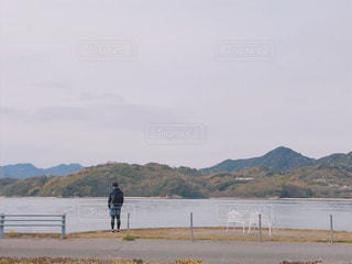 水域の隣に立っている人の写真・画像素材[2197626]