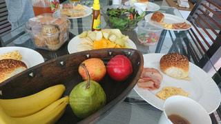 皿の上の果物のボウルの写真・画像素材[2197775]