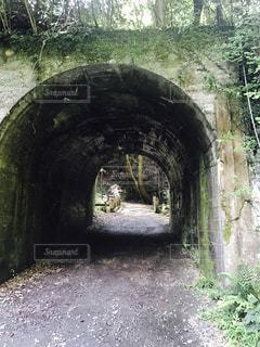 トンネルのある石造りの建物の写真・画像素材[2197866]