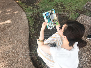 草の上に立っている小さな男の子の写真・画像素材[2197871]