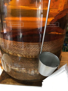 テーブルの上のハブ酒の写真・画像素材[2198041]