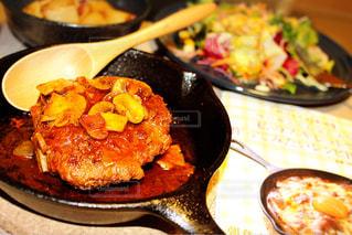 皿の上の食べ物の鍋の写真・画像素材[2192782]