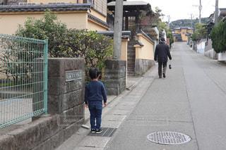 疲れて抱っこしてほしい孫と、歩いてほしいおじいちゃんの背中が物語るものの写真・画像素材[2191980]