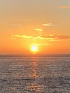 海から昇る朝日の写真・画像素材[2192900]