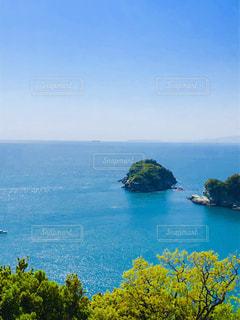 水域の真ん中にある島の写真・画像素材[2407932]