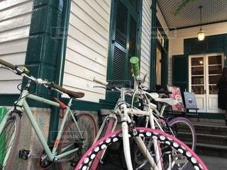 建物の側面に駐車した自転車の写真・画像素材[2196696]