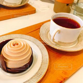 テーブルの上のケーキと紅茶の写真・画像素材[2200150]