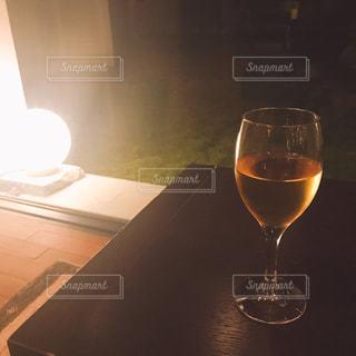 テーブルのワインのグラスの写真・画像素材[2210669]