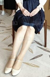 椅子に座っている女性の写真・画像素材[2209485]