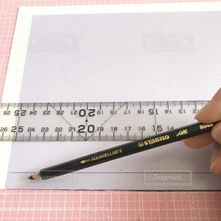 鉛筆を持つ人の写真・画像素材[2818121]
