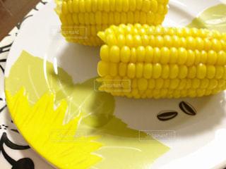 テーブルの上のトウモロコシの写真・画像素材[3104140]