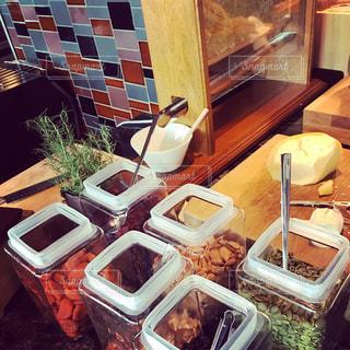 テーブルに並んだ食べ物の写真・画像素材[2192287]