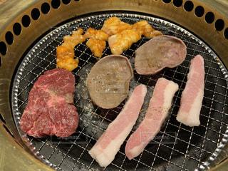 グリルの上の食べ物の鍋の写真・画像素材[2194488]