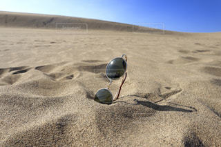 砂の上のサングラスの写真・画像素材[2191851]