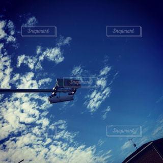 空を飛んでいる信号機の写真・画像素材[2192518]