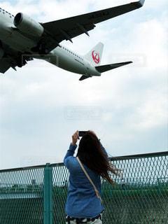 飛行場から間近で見える飛行機の写真・画像素材[2196166]