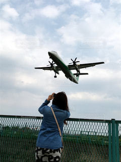 飛行場から間近で見える飛行機の写真・画像素材[2196173]