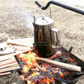 焚き火とケトルの写真・画像素材[2207676]