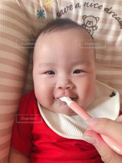はじめての離乳食の写真・画像素材[2193156]