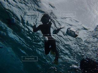 水中で泳いでいる人の写真・画像素材[2193396]