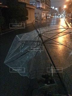 傘が壊れた・・・の写真・画像素材[2640535]