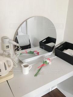 女子部屋 お花の前の鏡 これからメイク!の写真・画像素材[2207873]