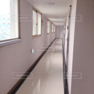 真っ白の廊下の写真・画像素材[2246862]