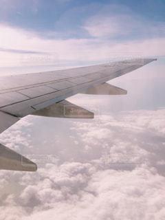 曇りの日に空を飛ぶ飛行機の写真・画像素材[2272289]