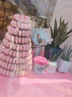 テーブルの上にピンクのマカロンタワーの写真・画像素材[2272294]