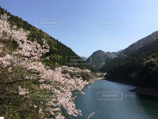 背景に山がある水の体の写真・画像素材[2195363]