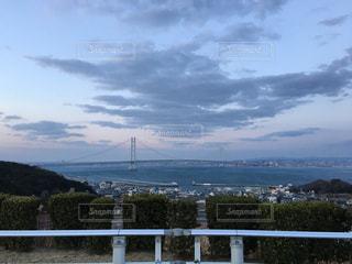 水域の隣の都市の眺めの写真・画像素材[2195803]