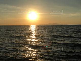 水の体に沈む夕日の写真・画像素材[2195941]