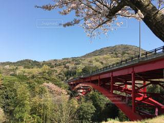 川に架かる橋を渡る列車の写真・画像素材[2196828]