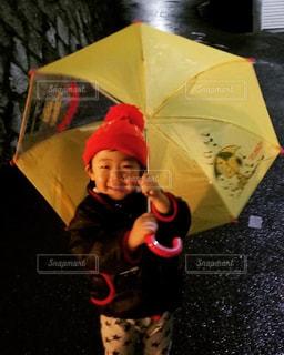 楓くん傘☂️を持つの写真・画像素材[2198961]