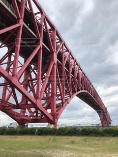赤い橋の下の写真・画像素材[2220722]