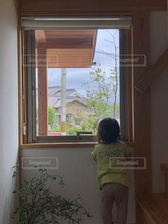 家族を見送る赤ちゃんの写真・画像素材[2197517]