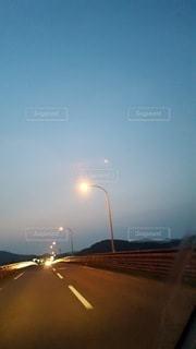 夜の一人ドライブの写真・画像素材[2265642]
