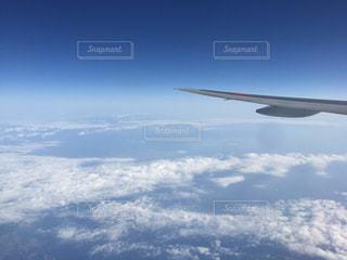 空を飛んでいる飛行機の写真・画像素材[2196951]