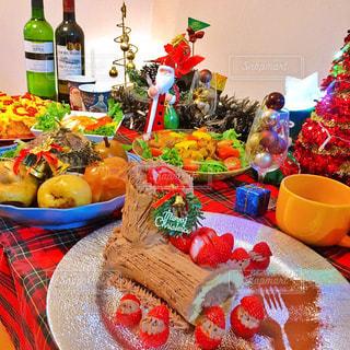 テーブルの上の食べ物の写真・画像素材[2818761]