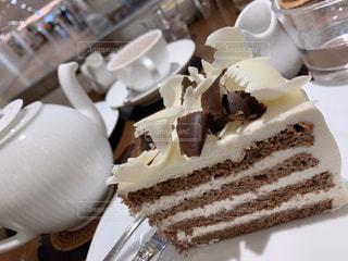 皿の上にチョコレートケーキをの写真・画像素材[2912735]