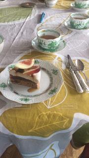 皿の上に食べ物の皿をトッピングしたテーブルの写真・画像素材[2227541]