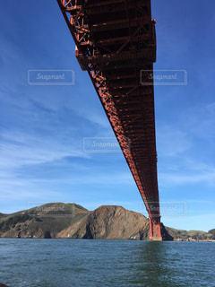 山を背景にした水の体に架かる橋の写真・画像素材[2201519]