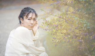 草花と私の写真・画像素材[2199567]