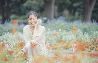 綺麗な花と私の写真・画像素材[2199569]
